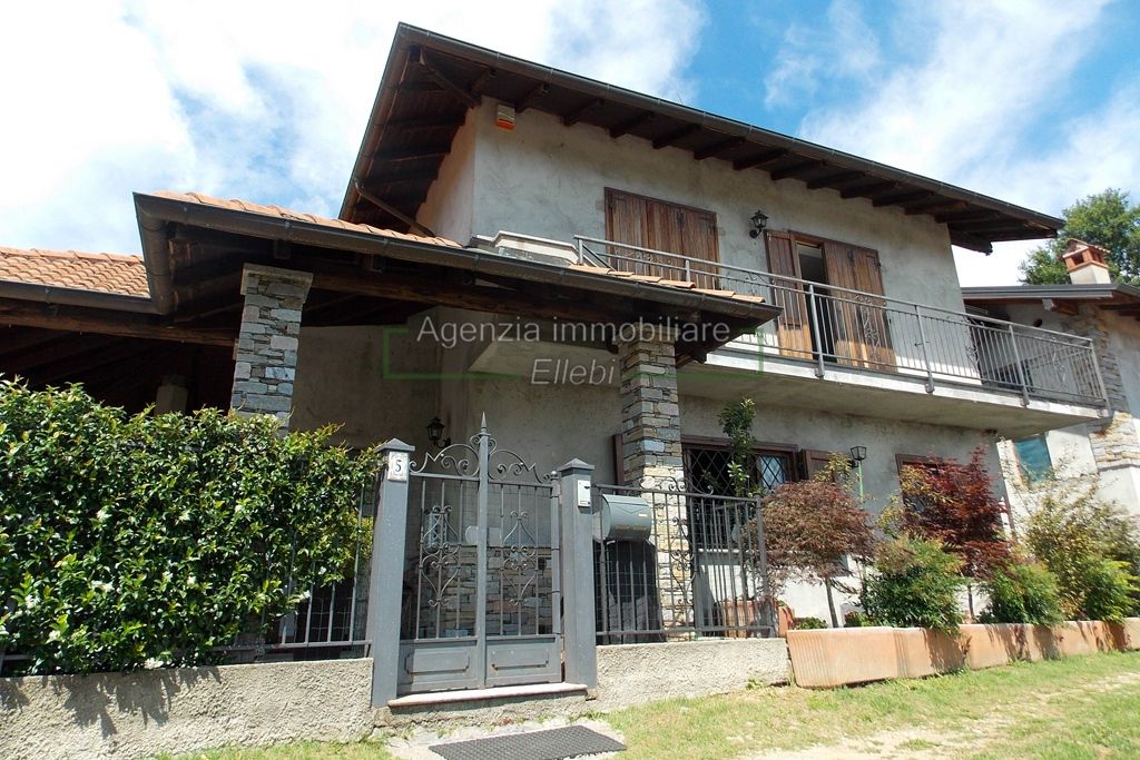ingresso soggiorno villa in vendita vezzo gignese giardino Agenzia immobiliare ellebi