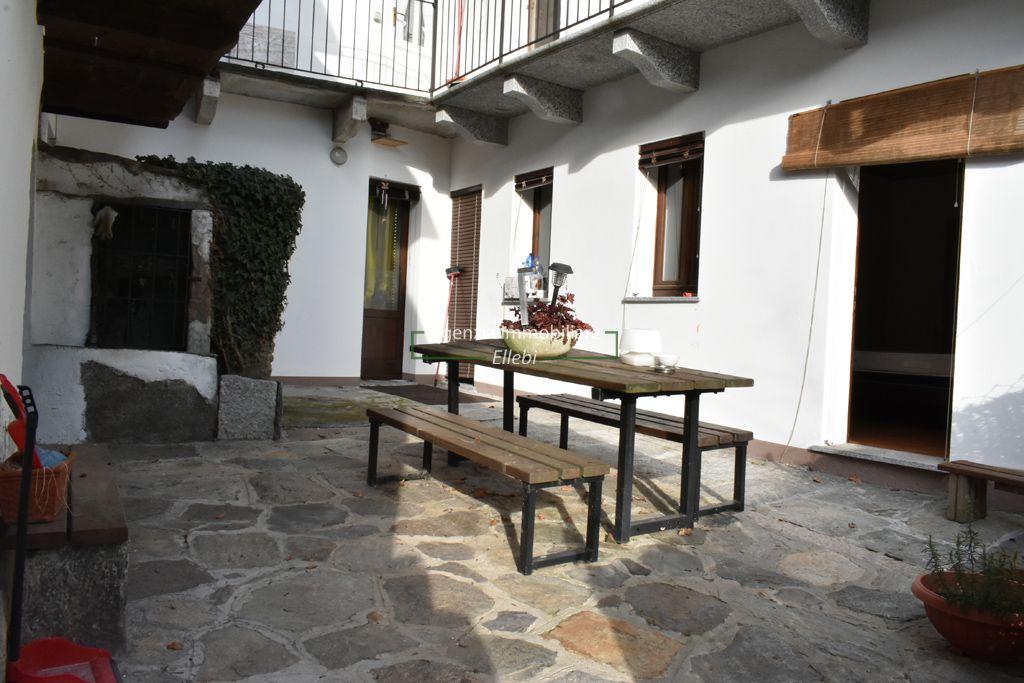cortile vendita appartamento e casa indipendente Vezzo Gignese Stresa agenzia immobiliare ellebi
